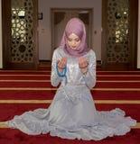 Мусульманская девушка в молить мечети Стоковые Фотографии RF