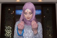 Мусульманская девушка в молить мечети Стоковые Изображения RF