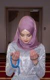 Мусульманская девушка в молить мечети Стоковая Фотография RF
