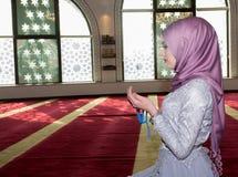 Мусульманская девушка в молить мечети Стоковое Изображение