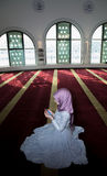 Мусульманская девушка в молить мечети Стоковые Изображения