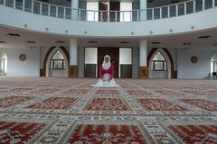 Мусульманская девушка в молить мечети Стоковая Фотография