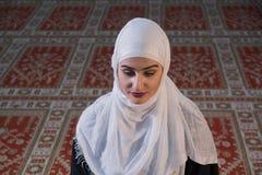 Мусульманская девушка молит в мечети Стоковые Фотографии RF