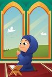 Мусульманская девушка моля в мечети Стоковые Изображения