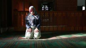 Мусульманская девушка моля видеоматериал