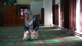 Мусульманская девушка моля акции видеоматериалы