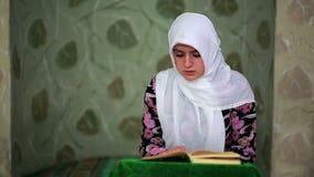 Мусульманская девушка моля сток-видео