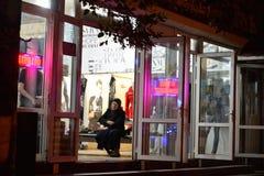 Мусульманская женщина в магазине одежды Стоковое Изображение
