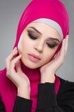 Мусульманская женщина в hijab стоковые изображения