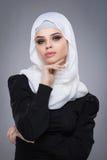 Мусульманская женщина в hijab стоковые фотографии rf