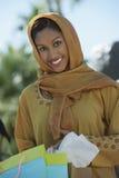 Мусульманская женщина держа хозяйственные сумки Стоковые Изображения RF