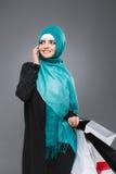 Мусульманская женщина идет ходить по магазинам Стоковые Изображения RF