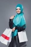 Мусульманская женщина идет ходить по магазинам стоковое изображение