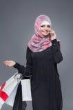 Мусульманская женщина идет ходить по магазинам стоковое фото rf