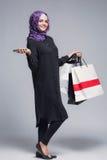 Мусульманская женщина идет ходить по магазинам стоковые фотографии rf