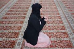 Мусульманская женщина молит в мечети, женщине молит Стоковое фото RF