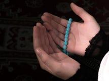 Мусульманская женщина молит в мечети Стоковые Изображения RF