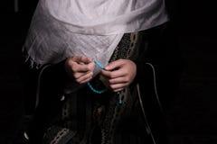 Мусульманская женщина молит в мечети Стоковое фото RF