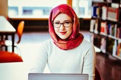 Мусульманская женщина на библиотеке Стоковые Фотографии RF
