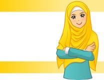 Мусульманская женщина нося желтую вуаль с сложенными оружиями иллюстрация вектора