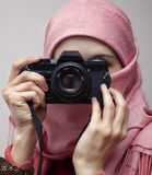 Мусульманская женщина принимая фотографию с камерой slr Стоковое Фото