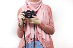 Мусульманская женщина принимая фотографию с камерой slr Стоковые Изображения RF