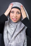 Мусульманская женщина регулируя ее головной платок Стоковая Фотография RF