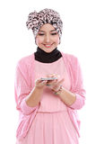 Мусульманская женщина с телефоном Стоковые Фотографии RF