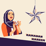 Мусульманская женщина с чашкой кофе во время iftar стоковые фотографии rf