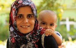 Мусульманская мать с усмехаться ребенка стоковое фото rf