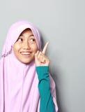 Мусульманская маленькая девочка указывая вверх стоковая фотография