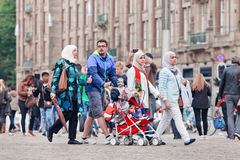 Мусульманская прогулка на квадрате запруды, Амстердам семьи, Нидерланды Стоковая Фотография