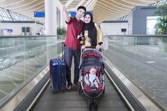 Мусульманская семья с младенцем на эскалаторе Стоковое фото RF