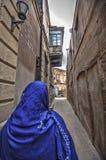 Мусульманская традиционная женщина посещая старый исторический город в Баку Азербайджане Город Innrer стоковое изображение rf