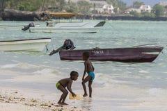 Мусульманские дети на пляже Стоковое Изображение