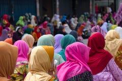 Мусульманские женщины во время молитв пятницы в Kota Bharu, Малайзии стоковое изображение rf