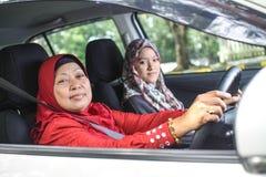 Мусульманские женщины в автомобиле Стоковые Фото