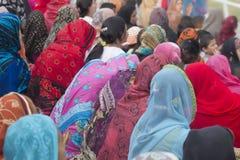 Мусульманские женщины нося красочные головные платки Стоковое фото RF