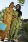 Мусульманские друзья в традиционной носке стоя совместно Стоковое Изображение RF