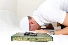 Мусульманские люди молят стоковые изображения rf
