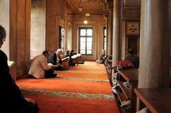 Мусульманские люди читая святой Коран Стоковое Фото