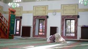 Мусульманский Коран чтения девушки видеоматериал