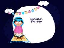 Мусульманский Коран Shareef чтения мальчика Стоковое фото RF