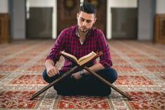 мусульманский молить стоковое фото