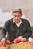 Мусульманский поставщик продает виноградины на улице, Вейхай, Китае Стоковые Изображения RF