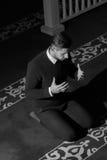 Мусульманский человек молит в мечети Стоковые Изображения RF