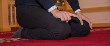 Мусульманский человек молит в мечети Стоковая Фотография RF