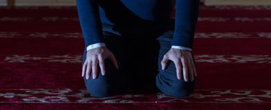 Мусульманский человек молит в мечети Стоковые Фотографии RF