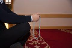Мусульманский человек молит в мечети Стоковое Изображение RF