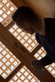 Мусульманский человек молит в мечети Стоковое фото RF